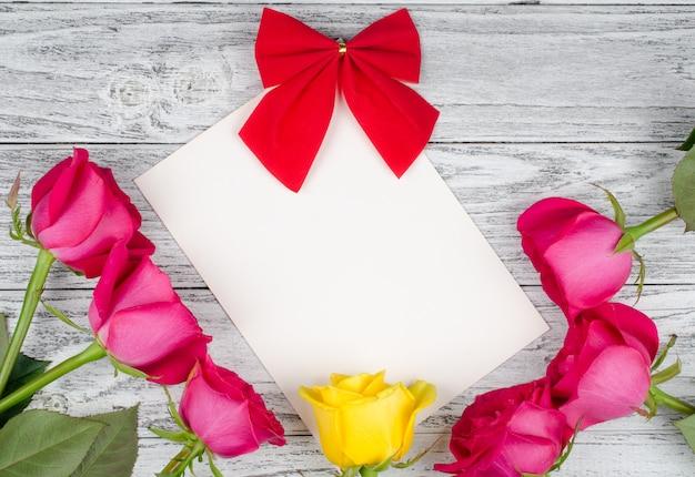Tarjeta de felicitación y rosas