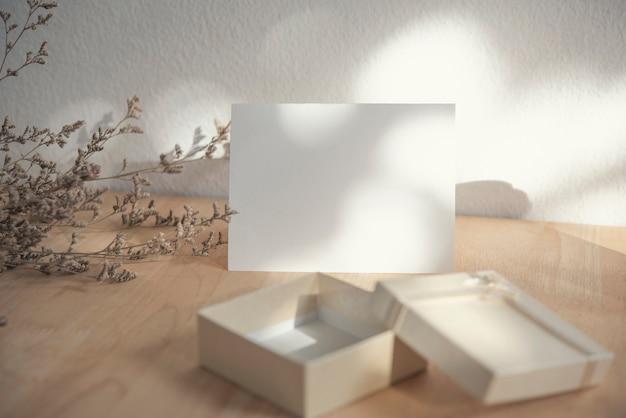 Tarjeta de felicitación de san valentín blanco en blanco con caja de regalo