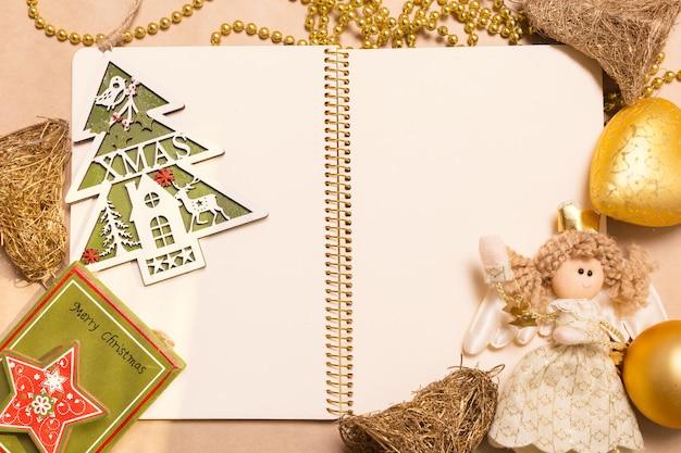 Tarjeta de felicitación simulacro con adornos navideños