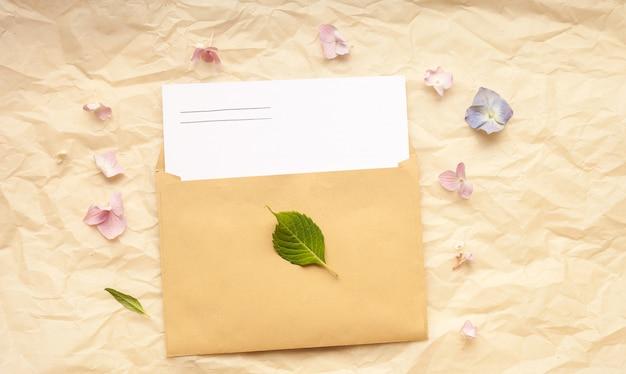 Tarjeta de felicitación y sobre con flores hortensias.