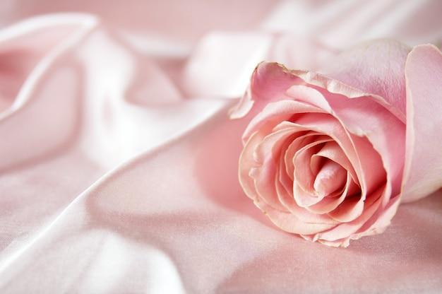 Tarjeta de felicitación suave con rosa y tela, primer plano