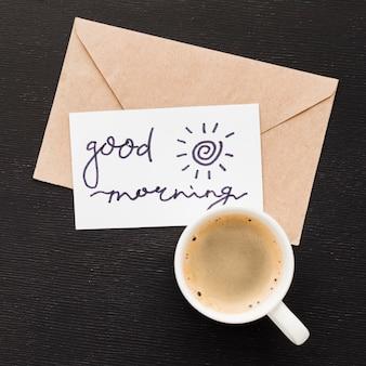 Tarjeta de felicitación y taza de café
