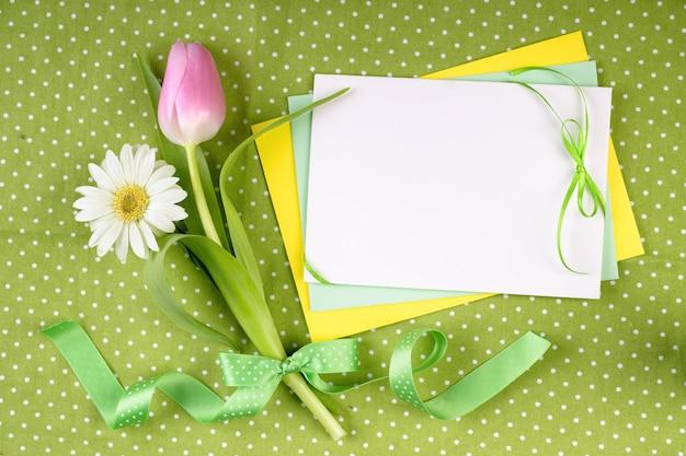 Tarjeta de felicitación de tema primavera con flores