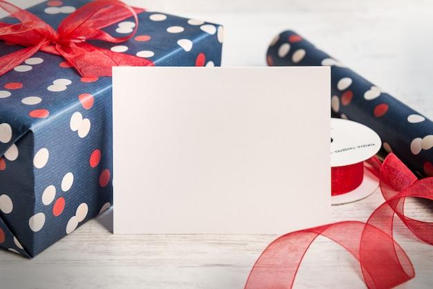 Tarjeta de felicitación vacía, caja de regalo y materiales de embalaje.