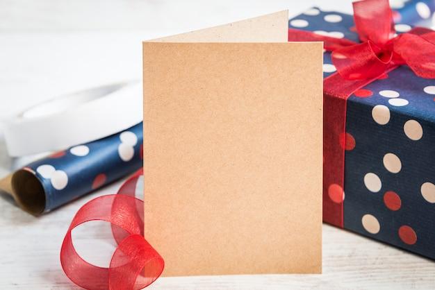 Tarjeta de felicitación vacía y caja de regalo.