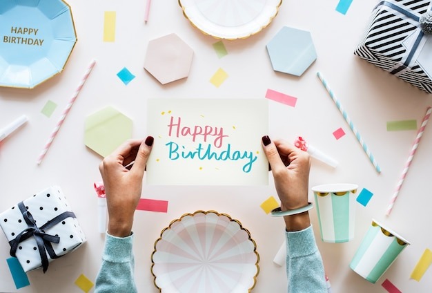Tarjeta de feliz cumpleaños en una fiesta de cumpleaños