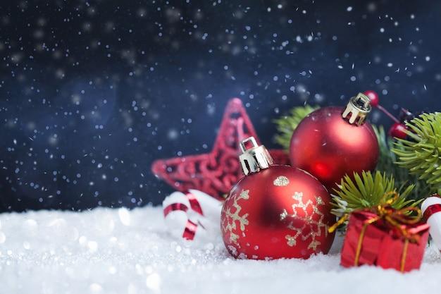 Tarjeta de feliz navidad y próspero año nuevo con decoración roja