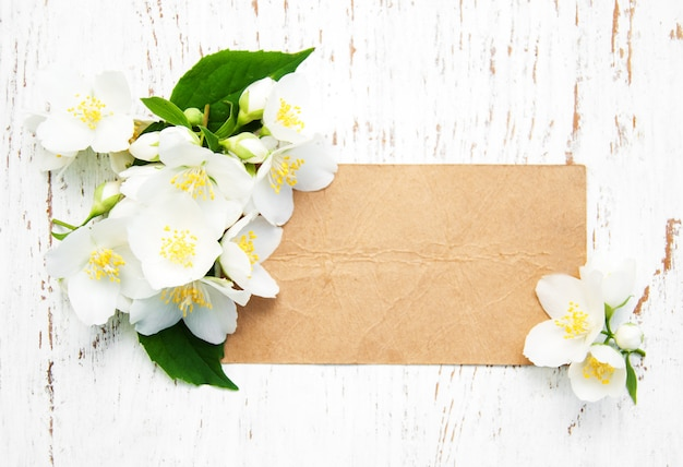Tarjeta con flores de jazmín.