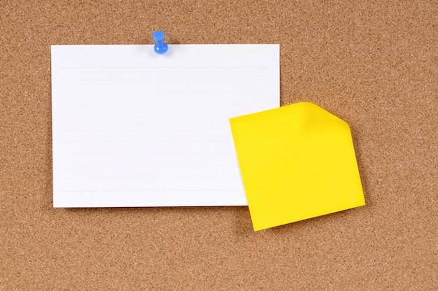 Tarjeta de índice y nota adhesiva