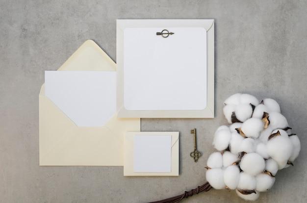Tarjeta de invitación en blanco con flores de algodón