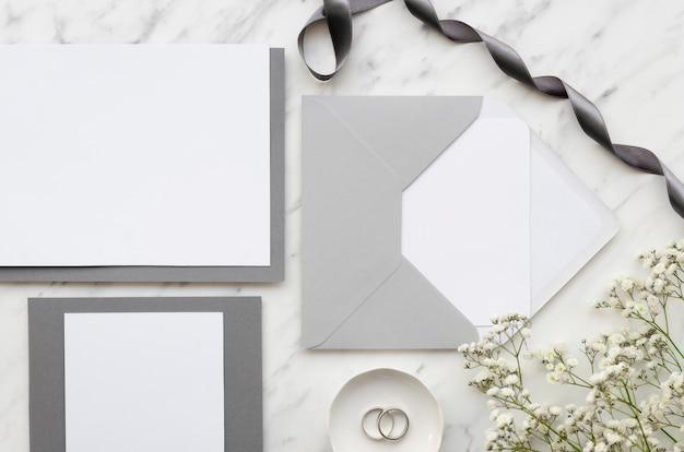 Tarjeta de invitación de boda con cinta