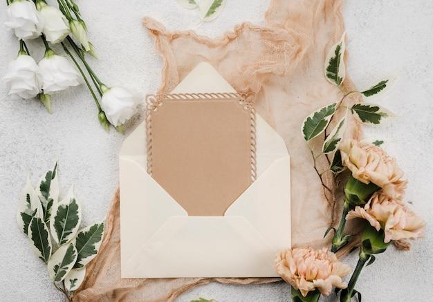 Tarjeta de invitación de boda vista superior dentro de sobre