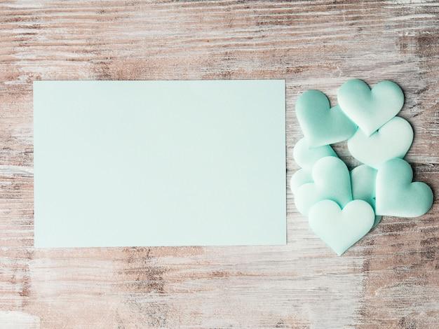 Tarjeta de invitación de corazones y papel pastel verde