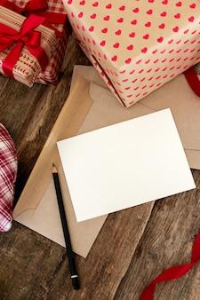 Tarjeta con lapiz y regalos