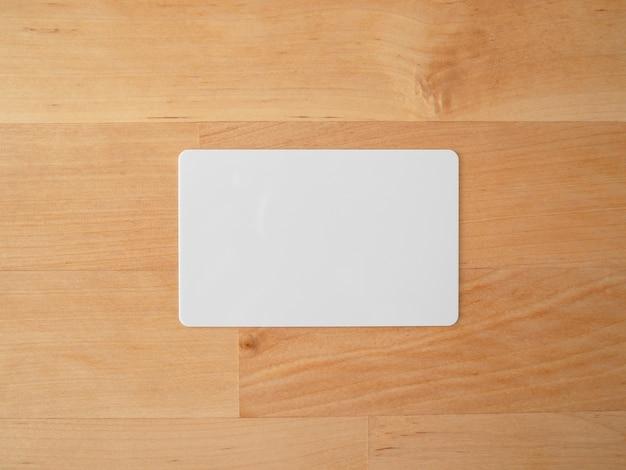 Tarjeta de maqueta vacía en la mesa de madera
