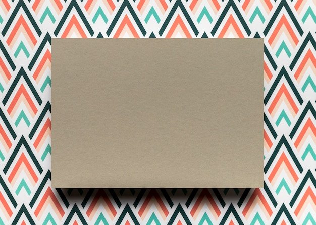 Tarjeta marrón sobre fondo colorido