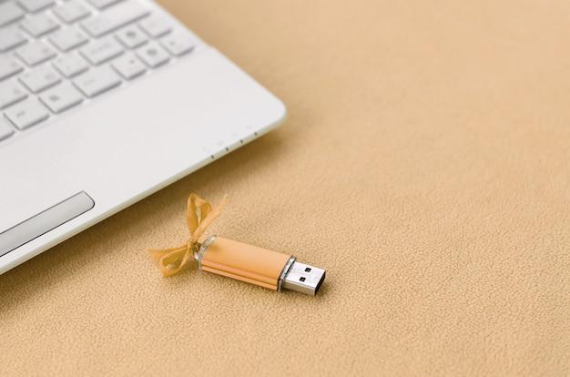 Tarjeta de memoria flash usb naranja con un arco