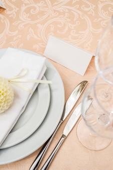 Tarjeta en la mesa con el nombre del invitado para