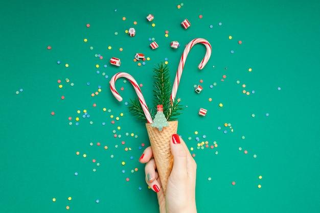 Tarjeta de navidad con bastones de caramelo en cono de waffle