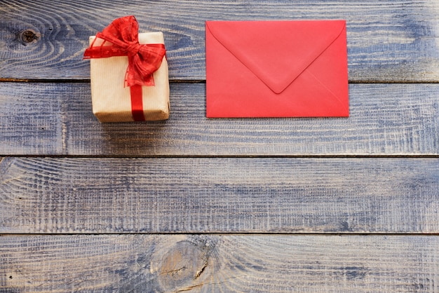 Tarjeta de navidad en blanco con regalo
