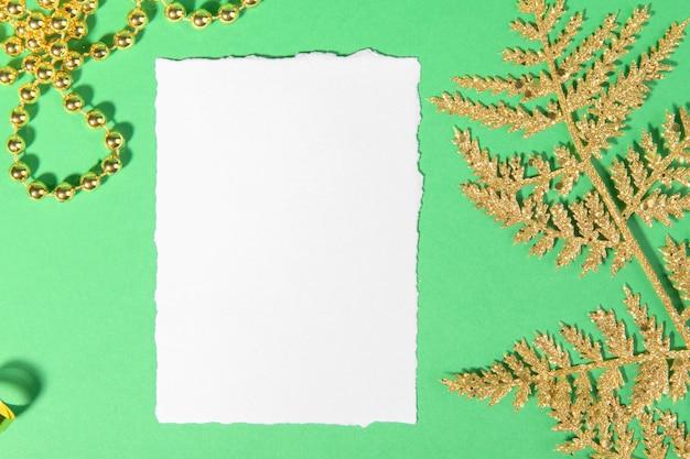 Tarjeta de navidad con decoración festiva dorada sobre fondo verde.