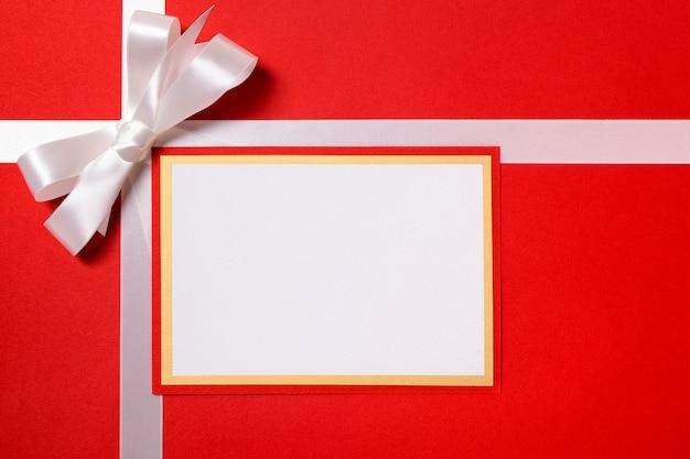 Tarjeta de navidad con lazo plateado