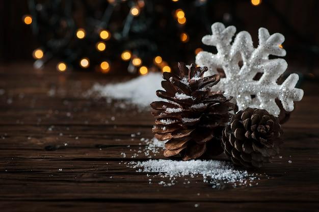 Tarjeta de navidad con nieve y bolas, enfoque selectivo