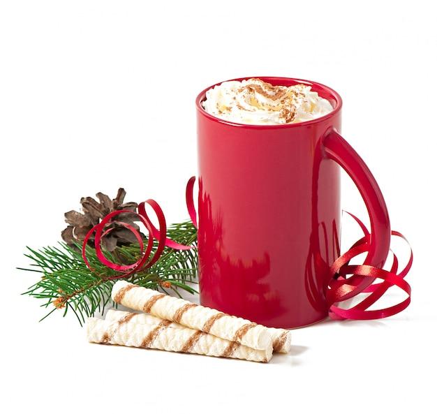 Tarjeta de navidad con taza de café roja cubierta con crema batida