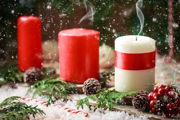 Tarjeta de navidad con velas encendidas y decoraciones