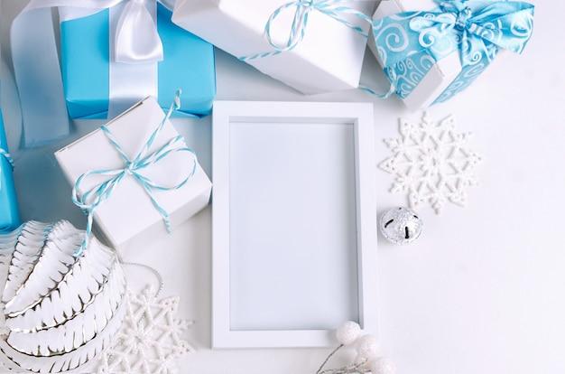 Tarjeta navideña con hermosas decoraciones azules y blancas.