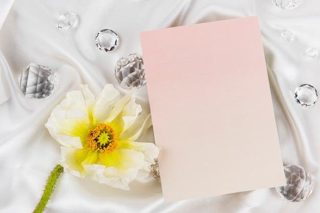 Tarjeta de nombre rosa sobre fondo textil