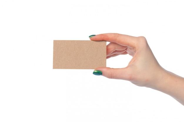 Tarjeta de papel artesanal en mano femenina aislado en blanco