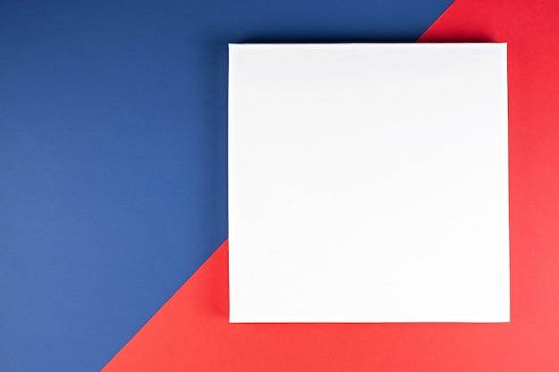 Tarjeta en papel azul, blanco y rojo.