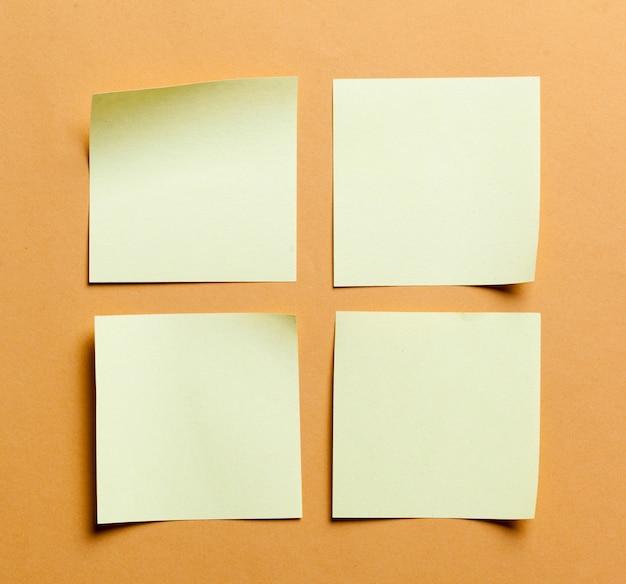 Tarjeta de papel blanco sobre naranja