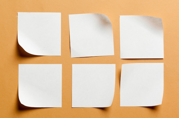Tarjeta de papel blanco sobre superficie naranja