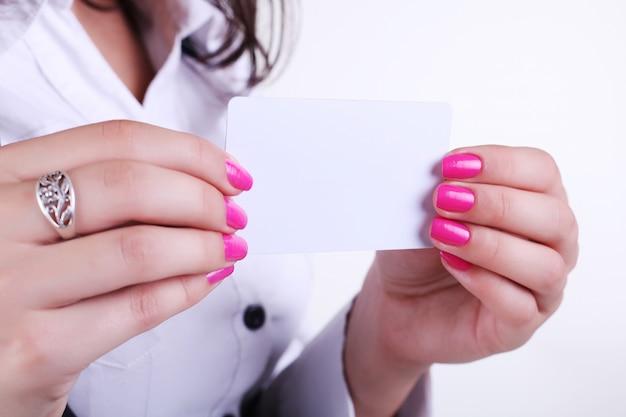 Tarjeta de papel en manos de mujer