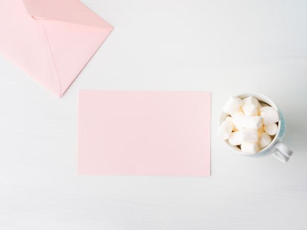 Tarjeta de papel rosada en blanco para el día de la mujer de san valentín o madre. invitación romántica de la fecha del cumpleaños del be