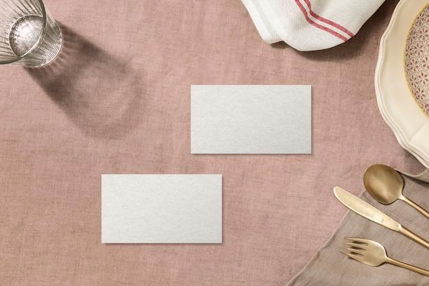 Tarjeta de presentación en blanco, fondo de mesa de cena estética