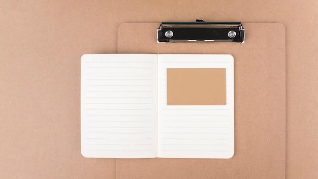 Tarjeta de presentación y portapapeles minimalistas