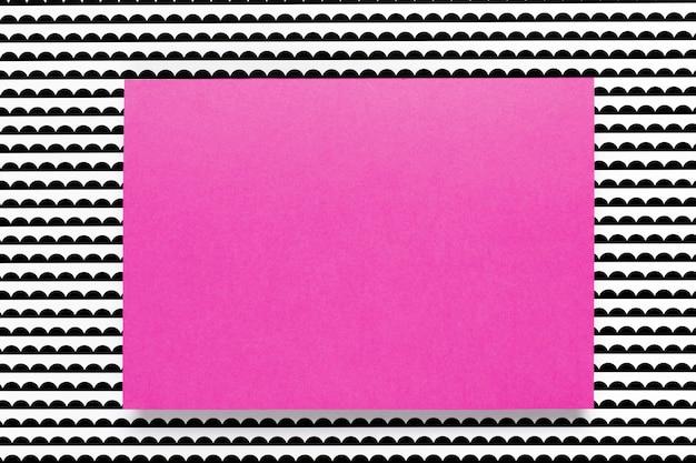 Tarjeta púrpura sobre fondo estampado