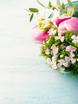 Tarjeta púrpura vacía flores tulipanes rosas primavera color pastel. vacaciones de pascua, invitación de cumpleaños de boda