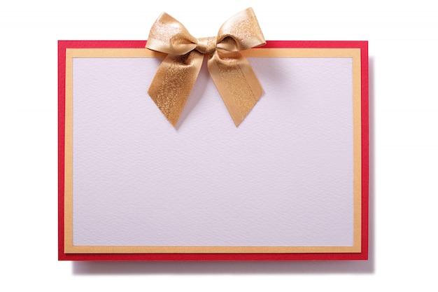 Tarjeta de regalo con lazo dorado y marco rojo