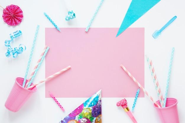 Tarjeta rosa vacía con artículos de cumpleaños