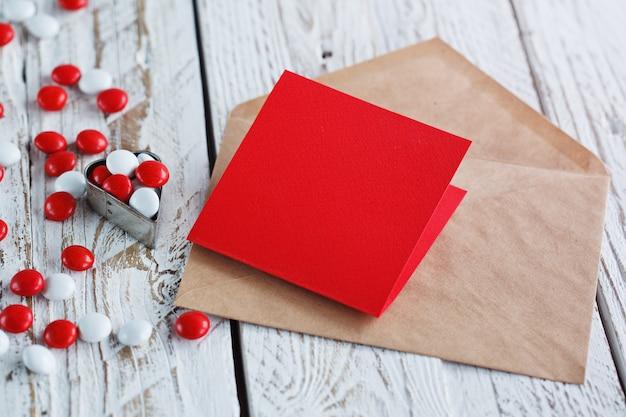 Tarjeta de san valentín con corazones pequeños y caramelo blanco rojo