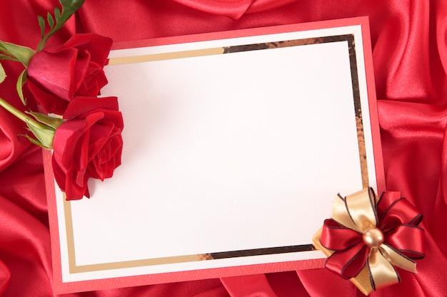 Tarjeta de san valentín con una rosa y un regalo
