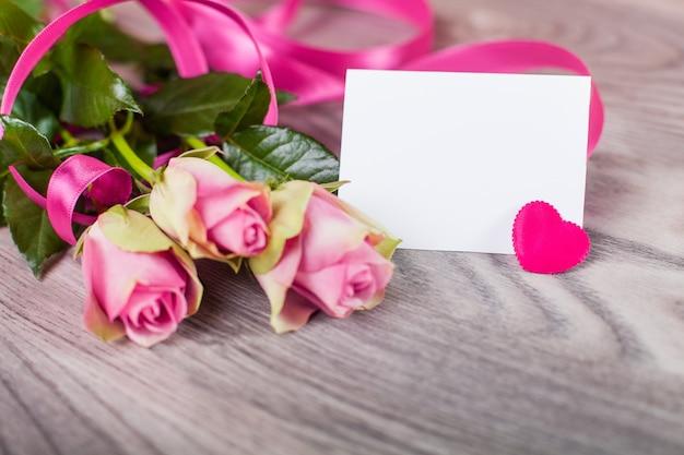 Tarjeta de san valentín con rosas en madera