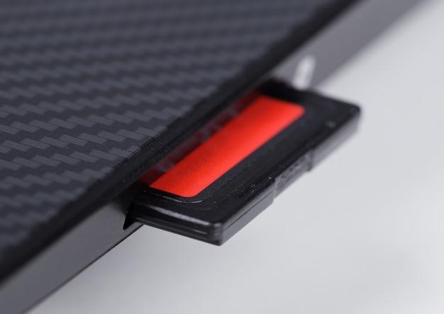 Tarjeta sd insertada en la ranura de la computadora portátil