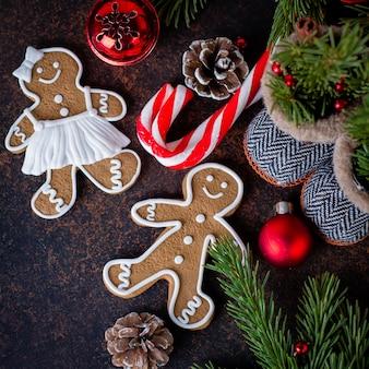 Tarjeta de vacaciones. vista superior de galletas de navidad hombre de jengibre y decoración navideña