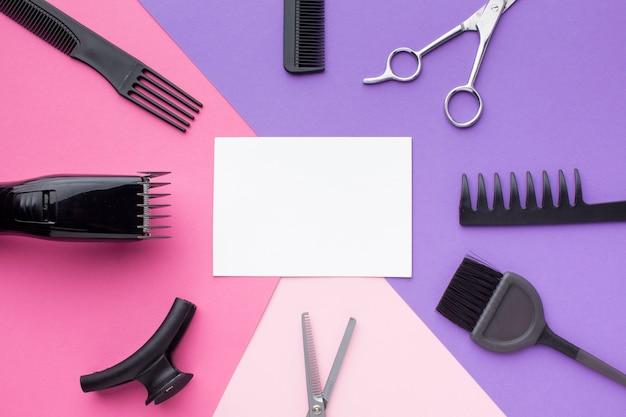 Tarjeta vacía rodeada de herramientas para el cabello