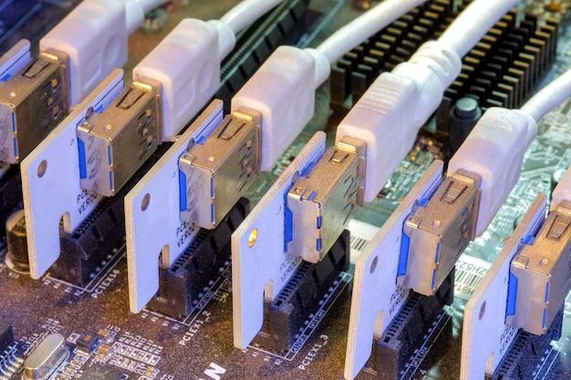 Tarjeta vertical y usb que se instalaron en la ranura pci-e de la placa base a la tarjeta de gráficos múltiples conectada para trabajar en la pc bitcoin miner